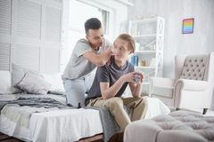 Couples gais songeurs ayant le grand matin Photographie stock