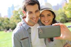 Couples gais sur le voyage prenant le souvenir de selfie Photo libre de droits