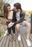 Couples gentils des étreintes et des baisers d'amis Photo libre de droits