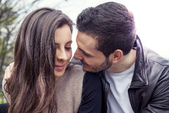 Couples gentils des étreintes et des baisers d'amis Photographie stock libre de droits