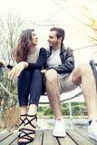 Couples gentils des étreintes et des baisers d'amis Photos libres de droits