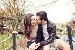Couples gentils des étreintes et des baisers d'amis Images stock