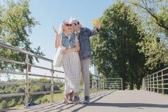 Couples gentils heureux prenant des photos sur le pont Photos libres de droits