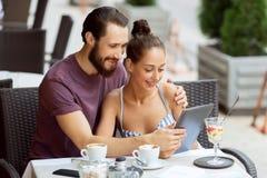Couples gentils se reposant dans le café Photographie stock