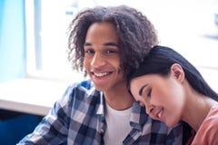 Couples gentils se reposant dans le café Images libres de droits