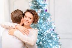 Couples gentils tenant l'arbre de Noël proche Photographie stock