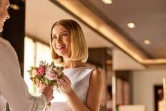 Couples gentils une date au restaurant Image libre de droits