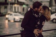 Couples gitans élégants dans l'amour embrassant dans la rue de ville de soirée à m images libres de droits