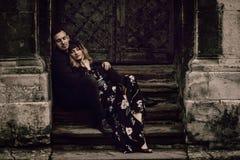 Couples gitans élégants dans l'amour posant dans la rue de ville de soirée à l'ol photographie stock libre de droits