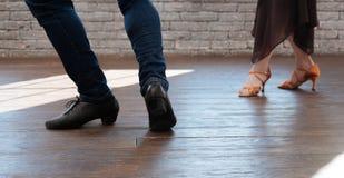 Couples gracieux de danse tangoing dans la salle de bal Image stock