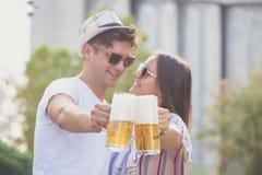 Couples grillant avec de la bière extérieure Photo libre de droits