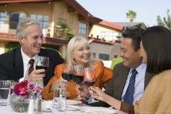 Couples grillant avec des verres de vin Images stock
