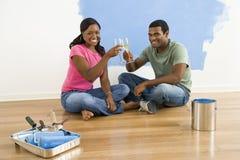 Couples grillant avec du vin. Image libre de droits