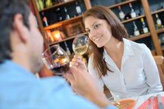 Couples grillant des verres à vin dans le restaurant de luxe Images libres de droits