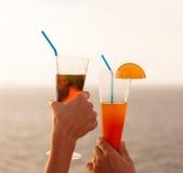 Couples grillant le cocktail image stock