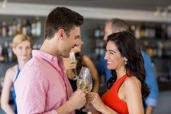 Couples grillant le verre de champagne Photographie stock libre de droits