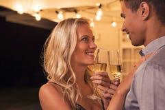 Couples grillant le verre de vin photos stock