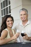 Couples grillant le vin. Image libre de droits