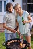 Couples grillant tout entier Photographie stock