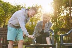 Couples grillant tout entier sur le jardin Image libre de droits