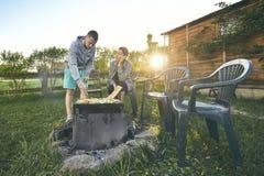 Couples grillant tout entier sur le jardin Photographie stock libre de droits