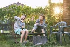 Couples grillant tout entier sur le jardin Photographie stock