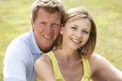 Couples âgés moyens ayant l'amusement dans la campagne Photos libres de droits