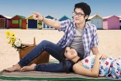 Couples guidés à la plage Photos libres de droits
