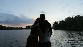 Couples hagging sur la berge banque de vidéos