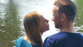 Couples harmonieux - elle met sa tête sur son épaule banque de vidéos