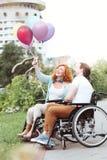 Couples harmonieux souriant tout en regardant les ballons colorés images libres de droits