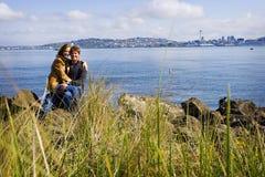Couples heureux à l'extérieur Image libre de droits
