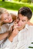 Couples heureux à l'extérieur Photographie stock libre de droits