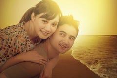 Couples heureux à la côte avec le filtre d'instagram Image libre de droits