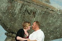 Couples heureux à la fontaine Photos stock