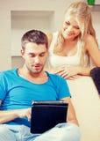 Couples heureux à la maison Images libres de droits