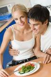 Couples heureux à la maison photo libre de droits