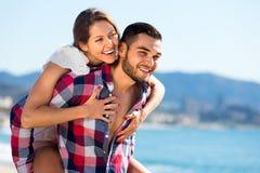 Couples heureux à la plage sablonneuse Photographie stock