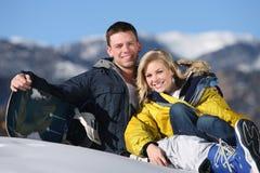 Couples heureux à la station de sports d'hiver Photographie stock libre de droits