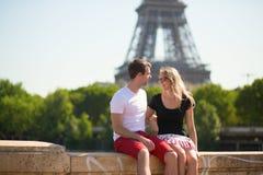 Couples heureux à Paris photo stock