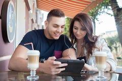 Couples heureux à un café Photographie stock