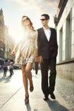 Couples heureux à un centre de la ville Photos libres de droits