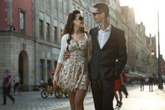 Couples heureux à un centre de la ville Image libre de droits