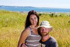 Couples heureux à une plage Image stock