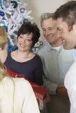 Couples heureux échangeant des présents Photo libre de droits