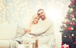 Couples heureux étreignant au-dessus de l'arbre de Noël Photo libre de droits