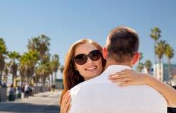 Couples heureux étreignant au-dessus de la plage de Venise Photos stock
