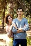 Couples heureux étreignant dans la forêt Photo stock