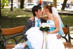 Couples heureux étreignant et embrassant sur le parc de fond Image libre de droits