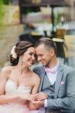 Couples heureux étreignant et rire de couples Photographie stock libre de droits